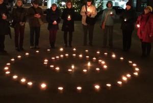 """""""Schweigen für Frieden"""" auf dem Kornmarktplatz ist ein """"lichtvolles"""" Zeichen aktiver Gewaltfreiheit. (Foto: Simon Heil)"""